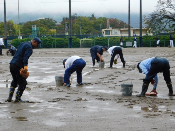①雨天のため会場整備